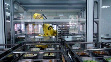 صورة طاه آلي يقدم الطعام في مدرسة صينية لتقليل خطر الإصابة بكورونا